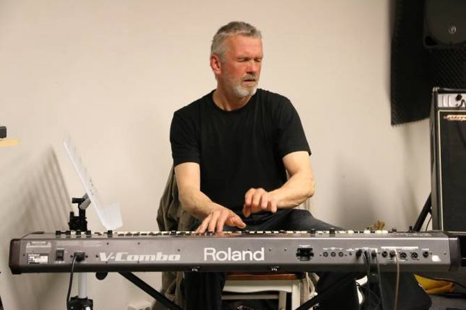 EIGA VERD: Arnt Kjetil Ellingsen lever seg inn i bluesverda.