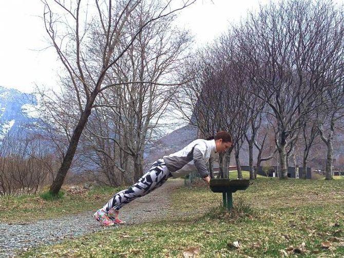 Push-ups (Tyngre variant: Ha beina på benken og hendene i bakken)