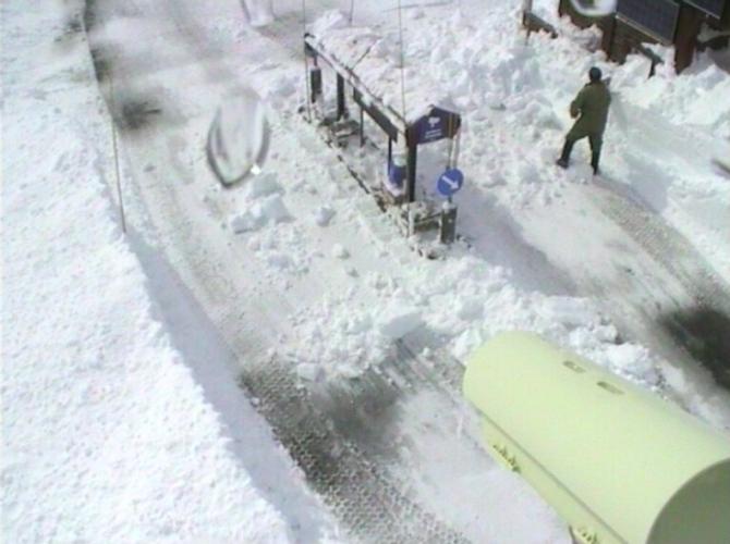 MYKJE ARBEID: Det er mykje snø som skal brøytast vekk. Slik såg det ut på bomstasjonen på Tindevegen 29. april.
