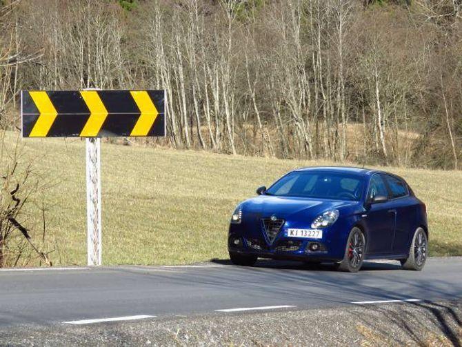 PÅ HEIMEBANE: Det er her, blant skilt som dette, at Alfa Romeo Giulietta QV føler seg heime.