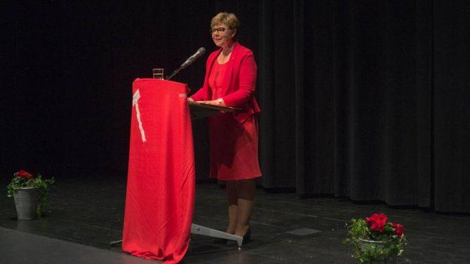 Anne Gine Hestetun på talarstolen i Årdal Kulturhus.
