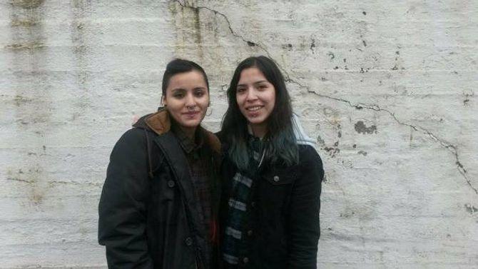 STÅR SAMAN: Systrene Iris Farlora (19) og Paloma Farlora (20) vonar at fleire opnar augo kring skulemiljøet ved Lærdalsøyri skule.