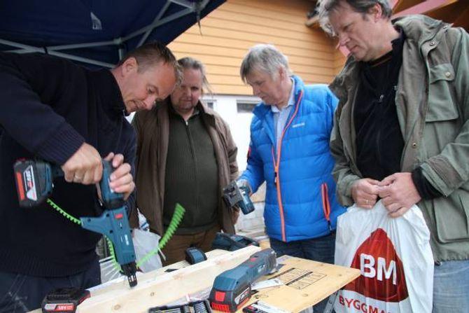 VERKTØY: – Batteriverktøy er no i vinden, seier AndrèSkjønberg, som demonstrerte bruken av fleire av dei.