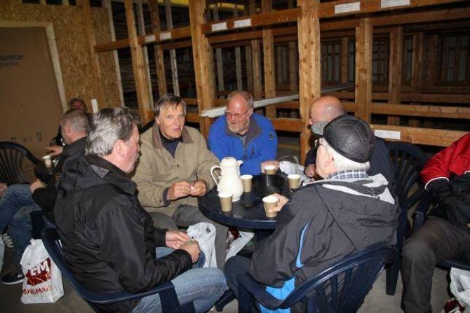 SOSIAL KVELD: Etter ein god runde innom dei ulike standane var det tid for ei matøkt under gutanes kveld på Lærdalsøyri tysdag.