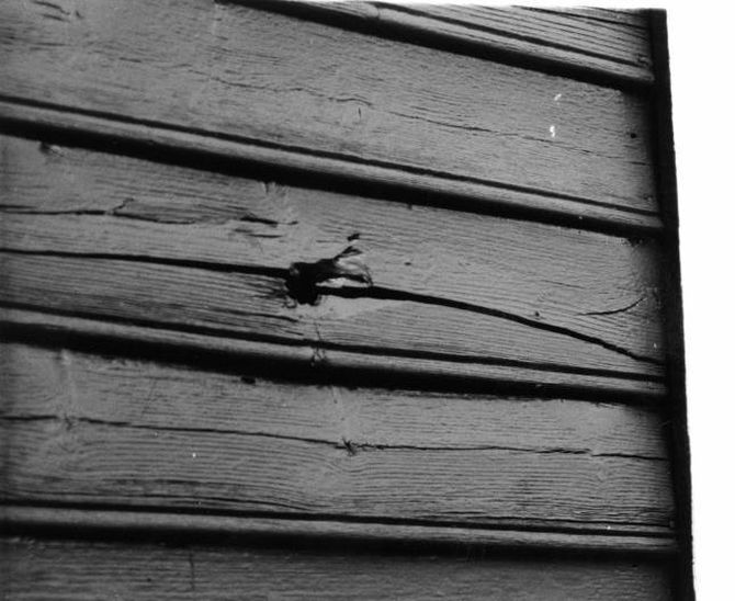 HOL: Flyangrepet mot Palmyra sette spor etter seg i Bortigarden på Hæreid. Her kulehol i eldhuset.