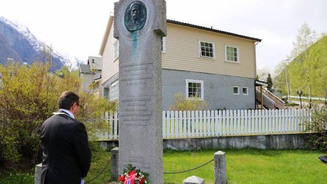 MINTEST:Arild Ingar Lægreid la ned krans på minnesmerket etter Thorvald S. Lægreid.