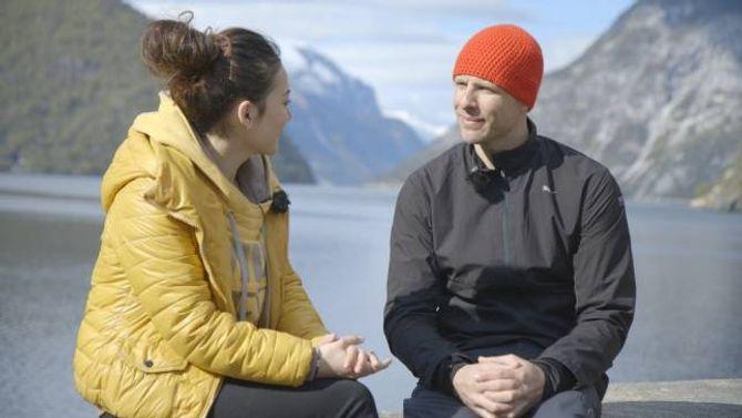 STOR I KINA: Eskil Rønningsbakken er kjend i Asia, Sør-Amerika og Midtausten. Her vert han intervjua av programleiar Aynuva Naman frå Kina.