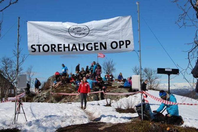 FOR STORE OG SMÅ: Folk i alle aldrar og ein gjeng på nesten 400 personar tok seg opp til Storehaugen, 980 moh, torsdag.