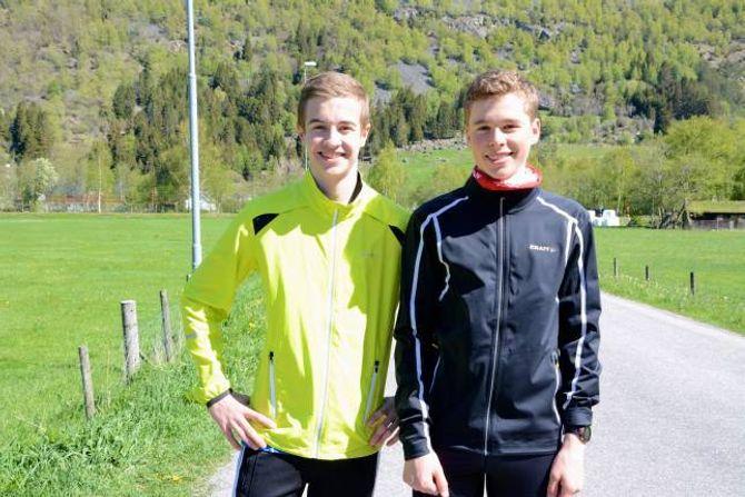 TRENINGSKAMERATAR: Ola Seim, Årdalstangen IL og Runar Sekse, Hafslo IL, er i gang med oppvarminga før dei skal kring 1000 meter opp i høgda til Storehaugen.