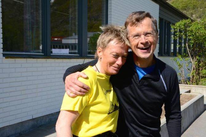 MED MOTBAKKAR TIL FELLES: Bjørghild Holien, leiar i Friidrettsgruppa i Lærdal IL og arrangør av Storehaugen Opp i lag medChristian Prestegård, som også er kalla motbakkeløpas far. Han er initiativtakaren til«Skåla 1848 m rett opp», som vart starta i 2002 og har drege i gang Fanaråken Opp (2003) og Molden Opp (2010).
