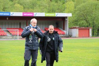 ETTER KAMPEN: Ivan Øy og Dagmund Evebø diskuterer kampen etter fløyta har gått.
