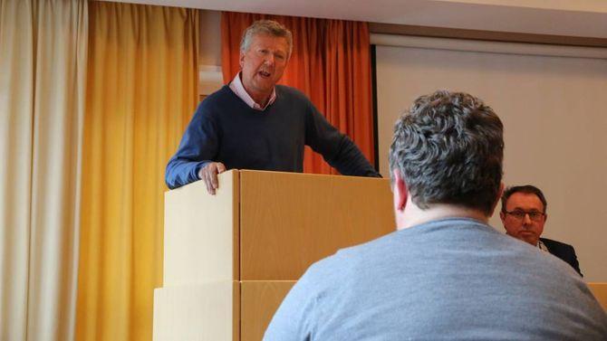 SENTRUMSUTVIKLING: Ole Vidar Øren (H) er uroa over utviklinga som har vore i sentrum på Årdalstangen den siste tida.