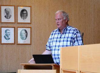 SEIER SEG EINIG I KRITIKKEN: Geir Berge Øverland (Ap) kom med forlag om å setje ned eit adhocutval for å gå gjennom informasjonsplanen på nytt.