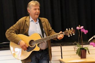 SONG: Torfinn Grøttebø med visesong.
