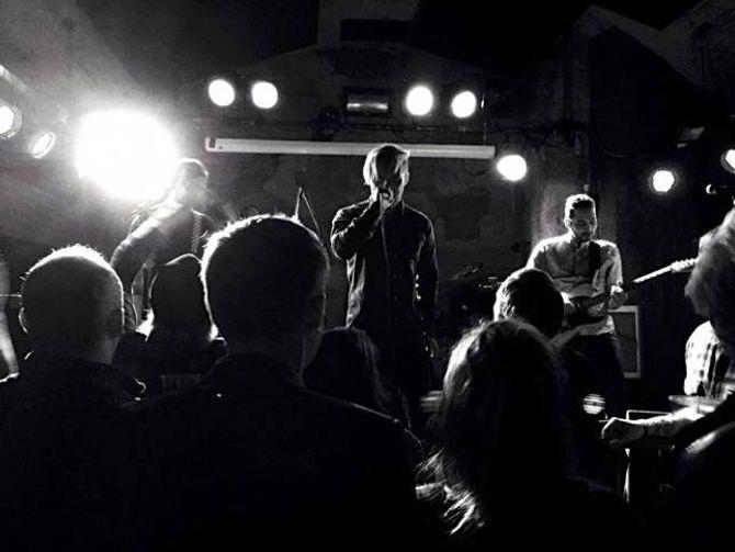 KLAR Å DELA: Her er Ola Weel Skram på ein spelejobb i Oslo i lag med DPRTR. No er han klar for å dela sine eigene låtar.