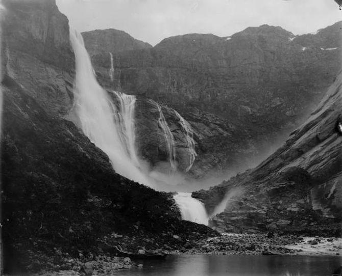 TYSSOVASSDRAGET: Ringedalsfossen (tidlegare kalla Skjeggedalsfossen) er ein del av det mektige Tysso-vassdraget. Dette biletet er frå slutten av 1800-talet. I dag er fossen tørr, bortsett frå i periodar med veldig mykje nedbør.