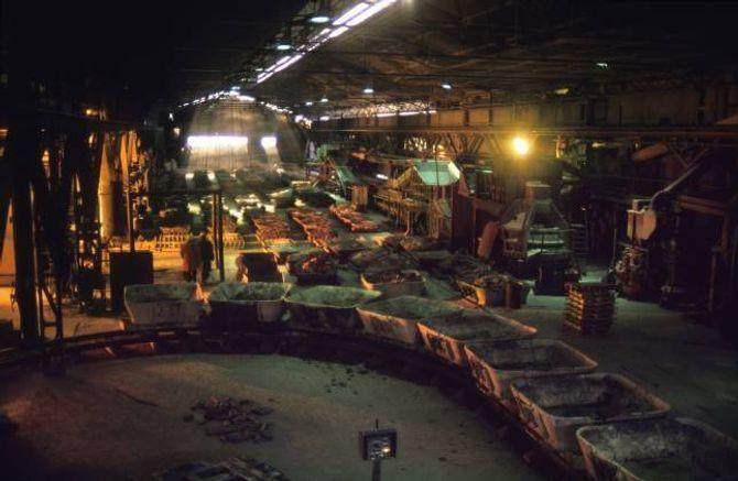 KARBIDEN: Karbidtapping i Odda Smelteverk i 1989. På den tida var Odda den einaste staden i Noreg som hadde karbidproduksjon.