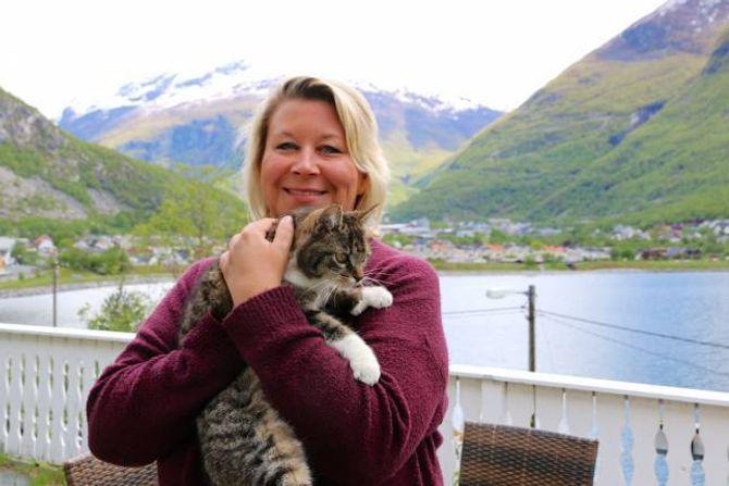 DYREVEN: Då ein katt plutseleg byrja å dukke opp dagleg hjå Elisabeth Styve i januar, gav ho han mat og hadde han til dyrlegen for å få han kastrert og chippa. Dette er ein annan katt ho har.