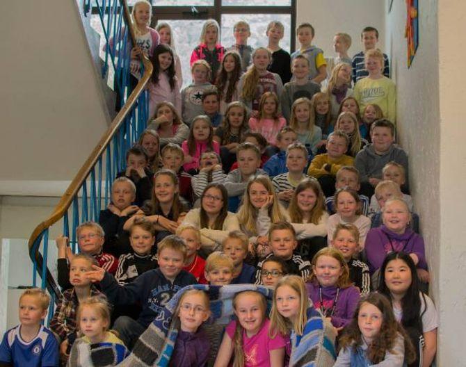 LAPPAR I FLENG: Alle i 4. og 5. klasse ved Farnes skule har vore med på strikkeprosjektet.