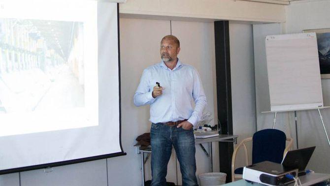 LYSE FRAMTIDSUTSIKTER: Egil Fredriksen, fabrikksjef ved Hydro i Årdal, meiner framtida ser lys ut for industribygda.