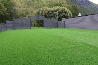 HEILT NYTT: Sist dekke vart skifta, var det med det gamle kunstgraset på stadion. No er graset splitter nytt.