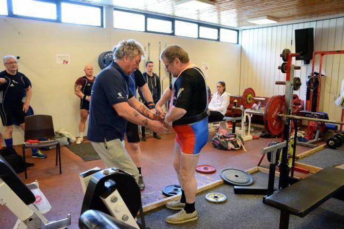 GJER SEG KLAR: Arve Otto Nundal får hjelp av Geir Reidar Hestetun med å få beltet på plass før løftet.