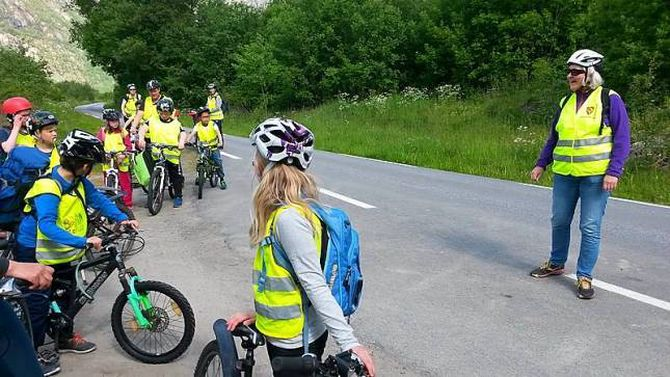 KLAR FOR MARKERING: Kontaktlærar Ingebjørg Voll med 4. klasse på sykkeltur langs Lærdalselvi.
