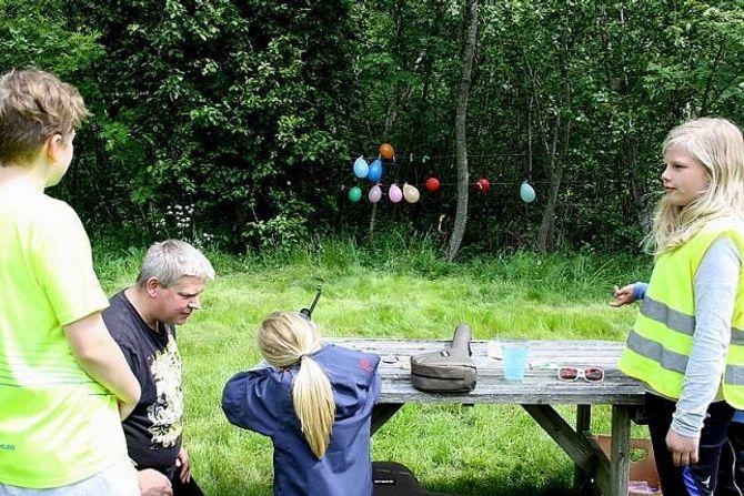 SKYT PÅ BLINK: Amalie får ein av ballongane i sikte.