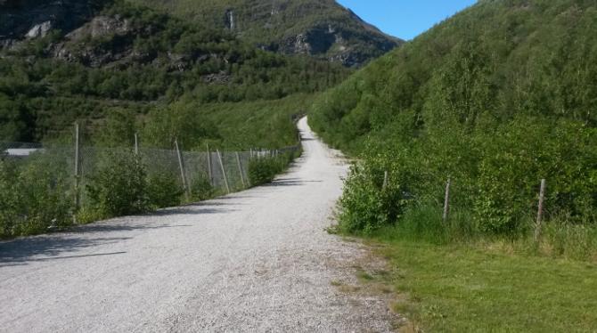 HER KJEM DET NY BRU: Turvegen til Moa gjekk her, før brua blir rivi. Alternativ veg til Moa/Ytre Moa er bilvegen.