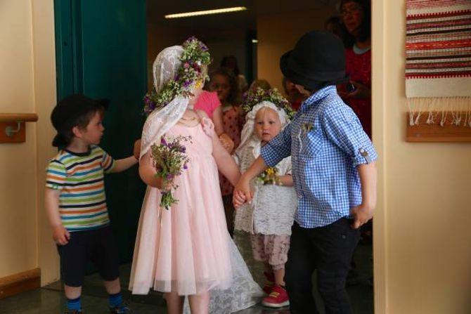 TO BRUDEPAR: Det var ikkje berre eitt, men to brudepar. I tillegg til Juno og Jonas (fremst) var også Oliver og Aurora med.
