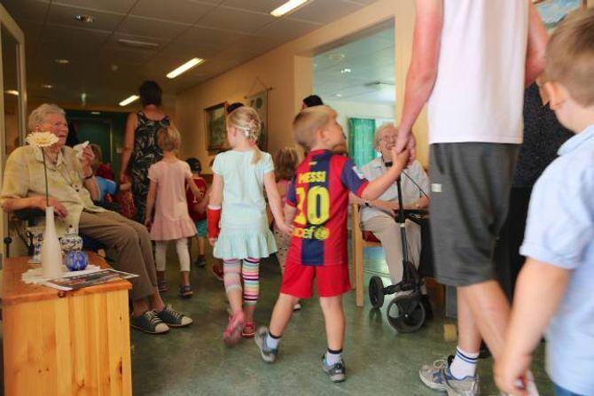 BRUDEFØLGJE: Det var eit langt brudefølgje som fulgte med då Haugane barnehage besøkte ÅBO og song for bebuarane. Det må nesten seiast at til og med sjølvaste Lionel Messi deltok i bryllupet.