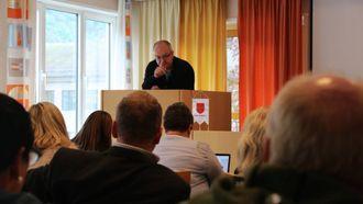 TV: Hilmar Høl (Ap) stilte Geir Hilmar Sandvik spørsmål om han ikkje hadde TV i hus.
