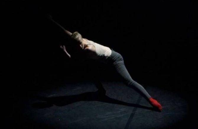 "DANSEKUNST: Berit Einemo Frøysland under stykket ""Forever ago"" med koreografi avEytan Sivak."
