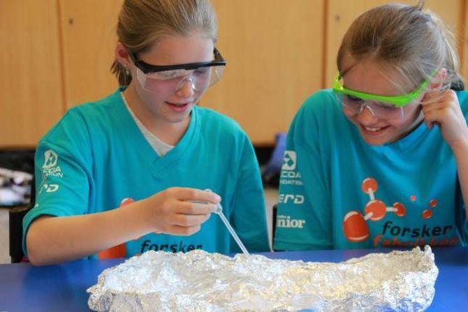 KONSENTRERT: Det er fullt fokus når elevane prøver seg på eigne eksperiment.