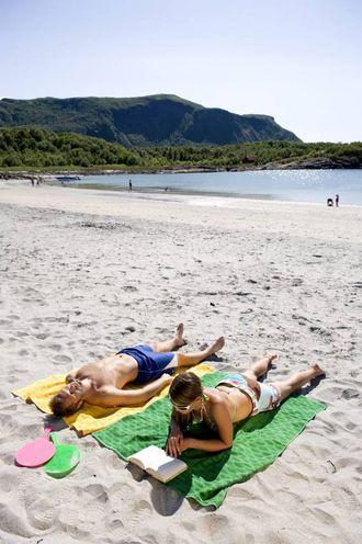 KONSEKVENSAR: Ingenting er som late dagar i varm sommarsol. Men hugs at refleksjon av solstrålane i vatn og sand gjer deg ekstra utsett for å bli solbrent.