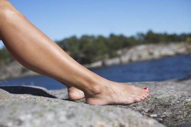 SOLBADING: UV-stråler frå sola kan gjere deg både brun og brent. UV-varselet på Yr.no kan gi deg ein peikepinn på i kor stor grad du bør passe deg for sola.