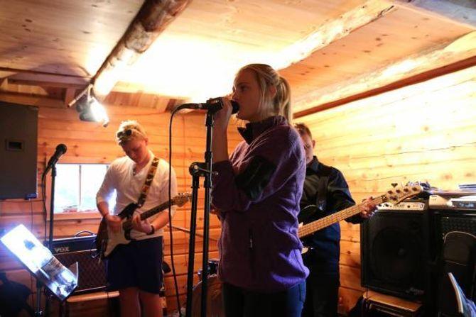 GOD BLANDING: Med vokalist Frida Hunshammer (16) i spissen framførte System of Six både fengande coverlåtar og eigenkomponerte sangar.