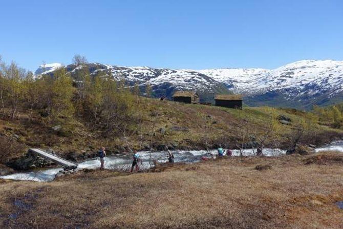 GRAVDALEN: Turgåarane kryssar Gravdøla ved stølen i Gravdalen.