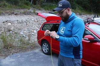 KLARGJERING: Listhaug klargjer fiskeutstyret før han skal ut og fiska.