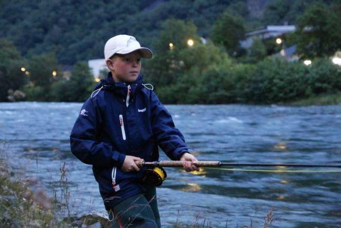 YNGSTEMANN: Sigve Saur Midtun (10) er her i gong med sin andre sesong. Han er veldig glad i å fiska, fortel han.