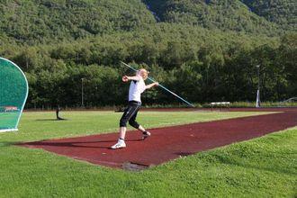 NATURGRAS: Dersom ein legg om dekket til kunstgras, vil det få konsekvensar for friidretten med sine greiner som spydkast og sleggje.