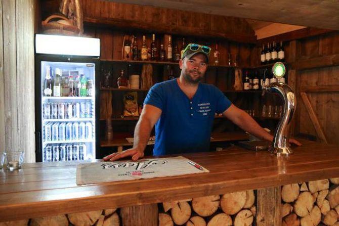 NYTT TILBOD: Etter at han kjøpte Svalheim Gard har han nytta tida godt. Våningshuset er no gjort om til ein pub og bar.