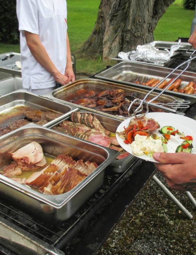 GRILLFEST: Brita Tønjum og teamet hennar diska opp med nydeleg grillmat.