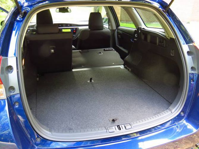 SOM I AVENSIS: Auris har like stort bagasjerom som den større Avensis – men plassen i baksetet er mindre.