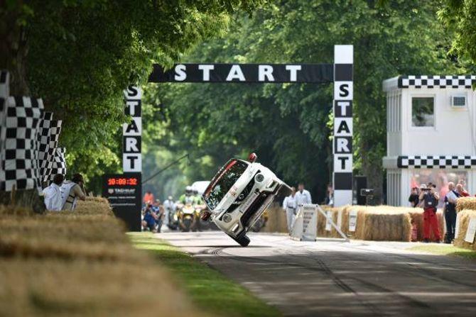 PÅ TO HJUL: Stuntmannen Terry Grant har sett ny rekord i å køyre bil på to hjul.