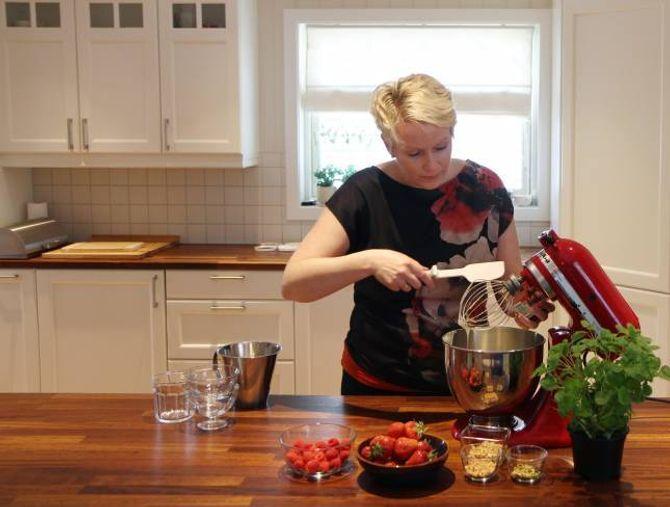 IKKJE MANGE REISKAPANE: Tove Holter brukar kjøkkenmaskin, slikkepott og sleiv, ikkje iskremmaskin, når ho lagar iskremmassen.