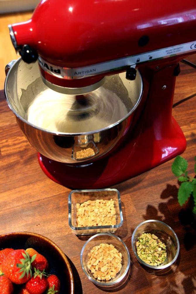 MIKS SAMAN: Med kjøkkenmaskin vispast kremfløyte og kondensert mjølk til konsistensen blir som piska krem.