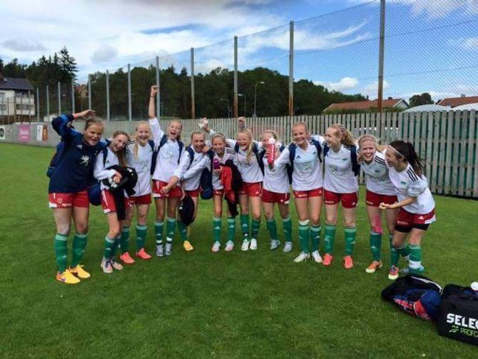 JUBEL: Jentene var sjølvsagt letta og svært glade då dei nådde målet om A-sluttspel i Gothia Cup.