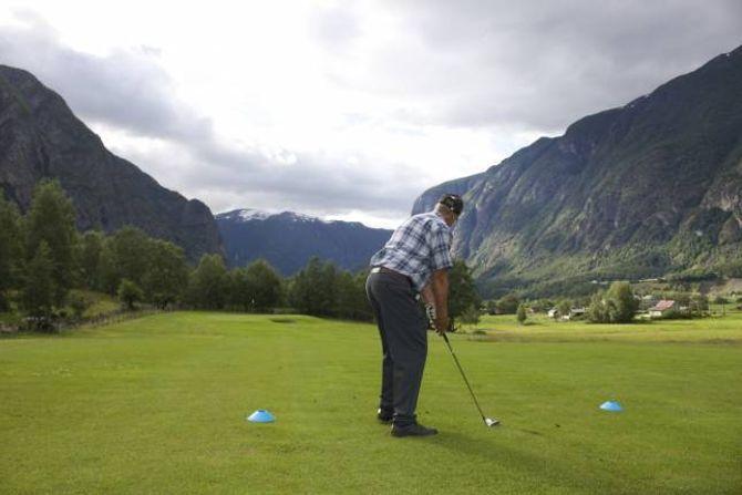 FLOTTE OMGIVNADER: Dei som tek turen til golfbana på Ljøsne får moglegheita til å spele i flotte omgivnader.