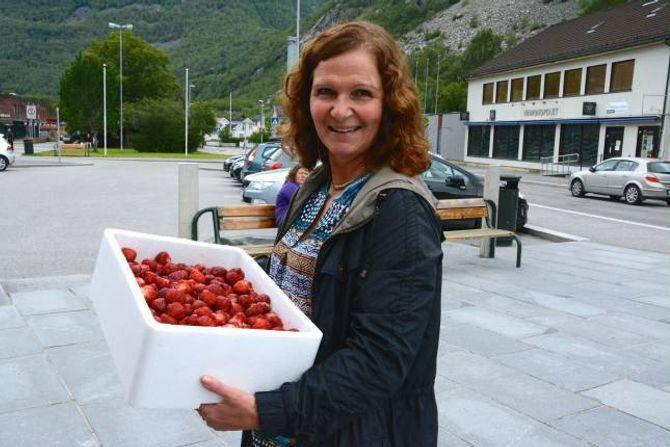 SMAK AV SOMMAR: Gro Fretland sikrar seg ei kasse med jordbær før det var tomt.